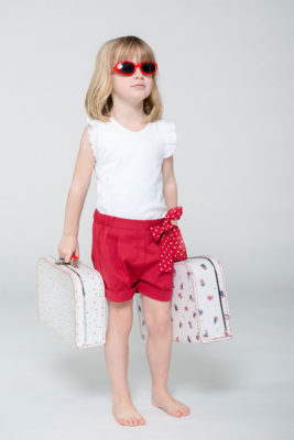 t-shirt-bianca-con-rouches-e-shorts-rossi-con-fiocco