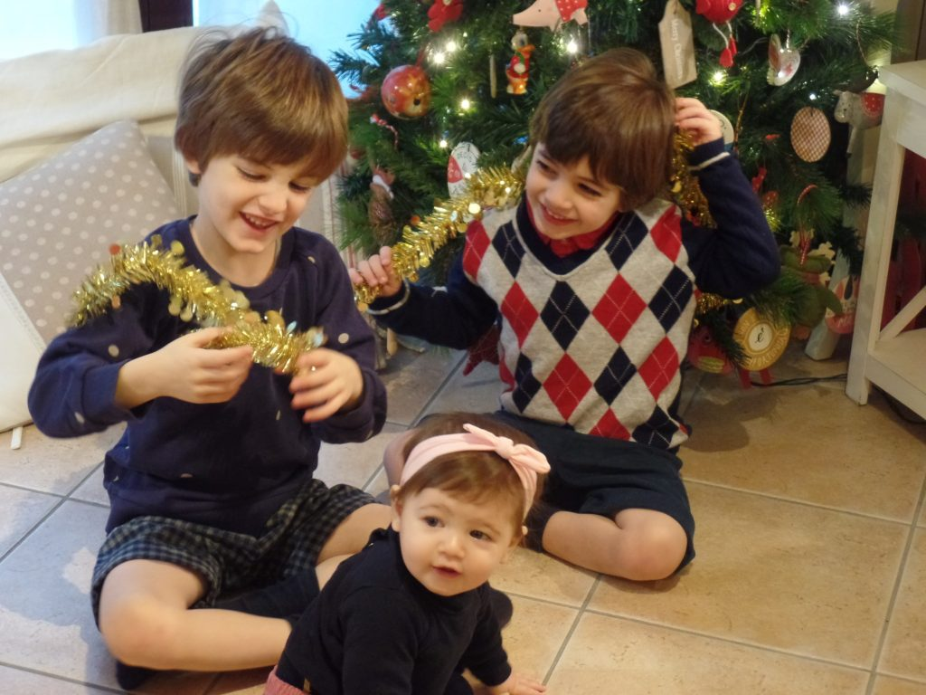 Bambini Che Scartano I Regali Di Natale.I Regali Che Sanno Di Casa Mammaholic