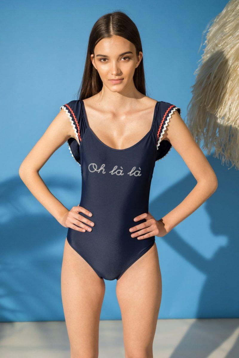 5f22662cc951 Tra le proposte della collezione beachwear spicca anche il costume intero  con spalline annodate e con illustrazione dell'artista Josefina  Schargorodsky: ...